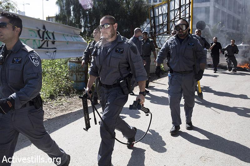 שוטרי מג״ב פורצים לשכונה במהלך פינוי של שש משפחות, גבעת עמל, תל אביב, 27 מרץ, 2013. קרן מנור/אקטיבסטילס