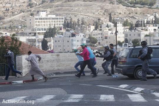 שוטרים רודפים אחרי מפגינים בכניסה לוואדי ג׳וז (אקטיבסטילס)