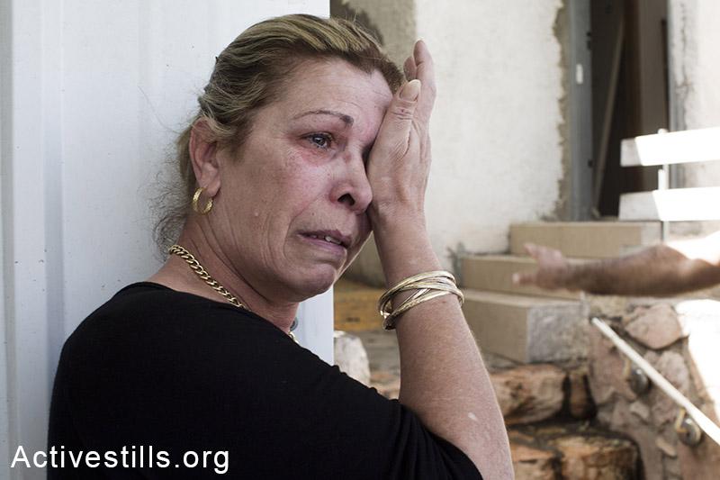 אתי לוי בוכה בזמן שעובדי קבלן הורסים את ביתה במהלך פינוי של שש משפחות, בגבעת עמל, תל אביב, 27 מרץ, 2013. שירז גרינבאום/אקטיבסטילס