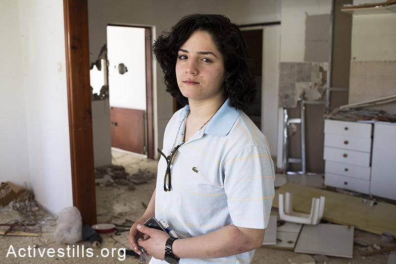 לירון לוי, 19, עומדת בביתה ההרוס במהלך פינוי של שש משפחות, בגבעת עמל, תל אביב, 27 מרץ, 2013. שירז גרינבאום/אקטיבסטילס