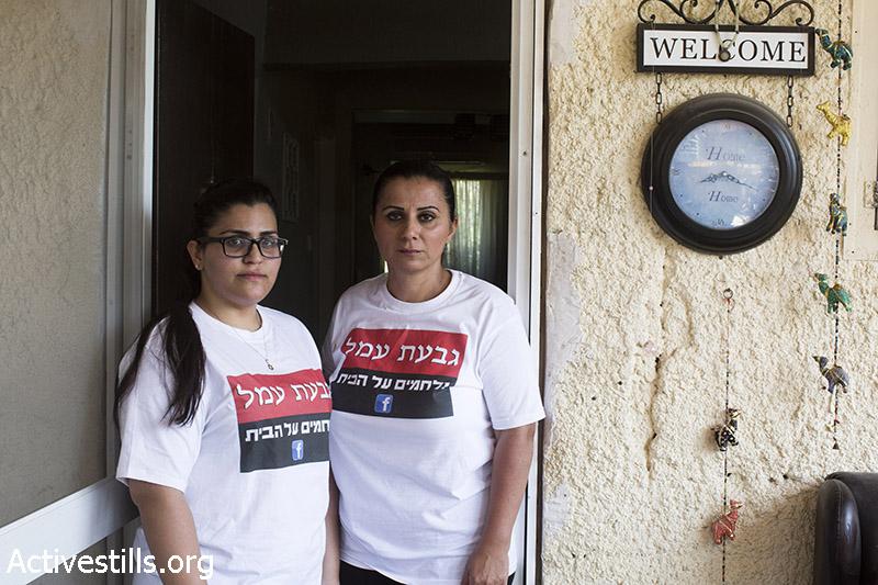 מלי אלפאסי וביתה רותם, עומדות בכניסה במהלך פינוי של שש משפחות, בגבעת עמל, תל אביב, 27 מרץ, 2013. שירז גרינבאום/אקטיבסטילס