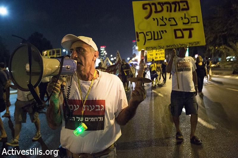 מנשה חליף, תושב גבעת עמל, מפגין במהלך מחאה נגד פינוי צפוי של משפחות בשכונה, גבעת עמל, 15 ספטמבר, 2014. קרן מנור/אקטיבסטילס