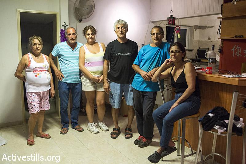 משפחת אשרם עומדים בביתם יום לפני פינויים, גבעת עמל, 16 ספטמבר, 2014. קרן מנור/אקטיבסטילס