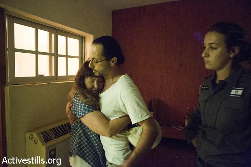 בני משפחת חליף במהלך פינויים מהבית, גבעת עמל, תל אביב, 17 ספטמבר, 2014. קרן מנור/אקטיבסטילס