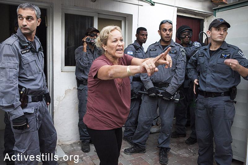 לילי חליף מנסה לחסום את הכניסה לביתה במהלך פינויה, גבעת עמל, תל אביב, 17 ספטמבר, 2014. קרן מנור/אקטיבסטילס