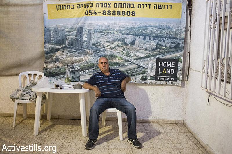 כדורי חליף יושב בתוך ביתו רגעים לפני פינויו, גבעת עמל, תל אביב, 17 ספטמבר, 2014. קרן מנור/אקטיבסטילס