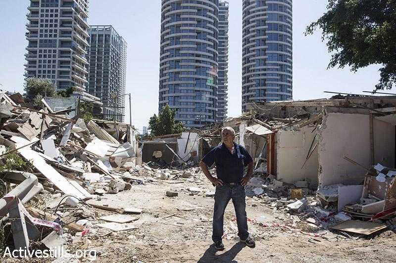 כדורי חליף עומד על הריסות ביתו יום לאחר פינוי המשפחה, גבעת עמל, תל אביב, 18 ספטמבר, 2014. קרן מנור/אקטיבסטילס