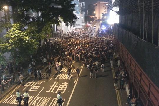 אלפי מפגינים מול מפקדת המשטרה בהונג קונג (צילום: אמנון לוטן)