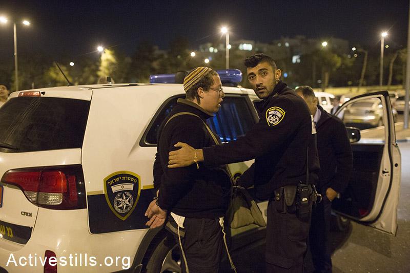 משטרה עיכבה מספר צעירים במהלך האירוע, הפגנת ימין ליד הרכבת הקלה, 23 אוקטובר, 2014. (אקטיבסטילס)