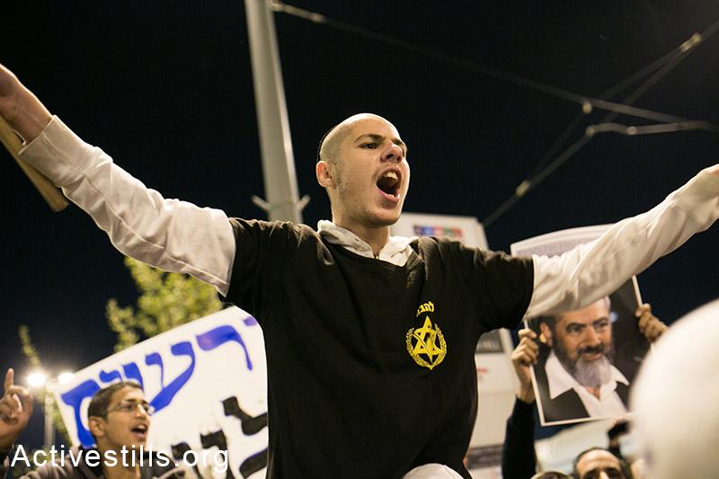 מפגיני ימין קוראים לנקמה באזור תחנת הרכבת הקלה בה התרחש אירוע הדריסה, מזרח ירושלים, 23 אוקטובר, 2014. (אקטיבסטילס)
