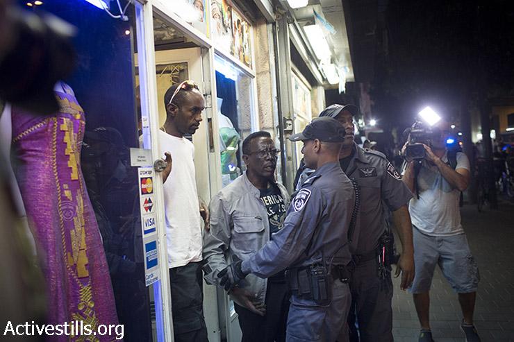 בעל החנות, אתיופי יהודי, שהותקף ע״י מפגיני הימין. (אורן זיו/אקטיבסטילס)