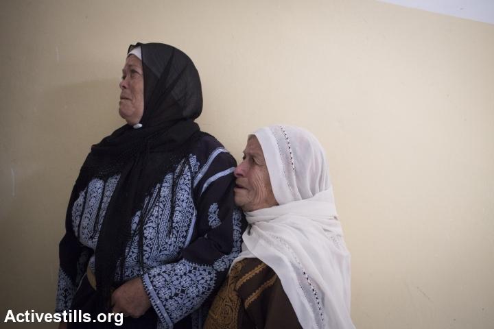 קרובות משפחה מתאבלות במהלך הלוויתו של אורווה חאמד, סילוואד, הגדה מערבית, 26 אוקטובר, 2014. אורן זיו/אקטיבסטילס