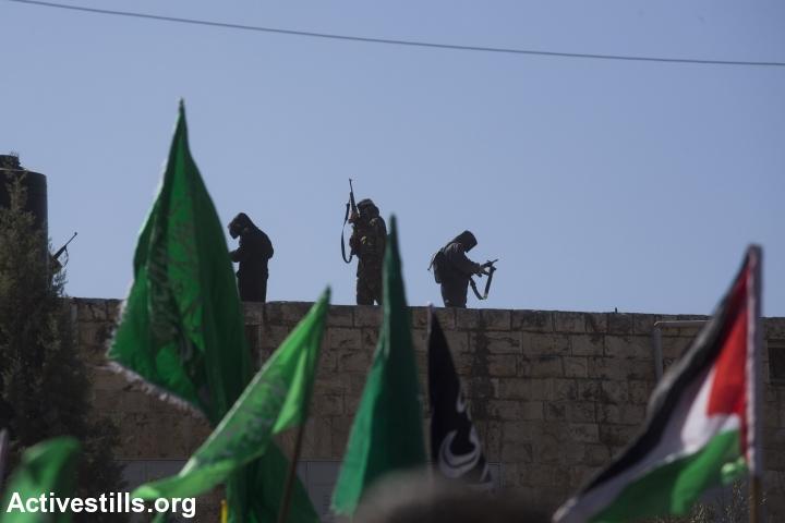 פלסטינים יורים באוויר במהלך הלוויתו של אורווה חאמד, סילוואד, הגדה מערבית, 26 אוקטובר, 2014. אורן זיו/אקטיבסטילס
