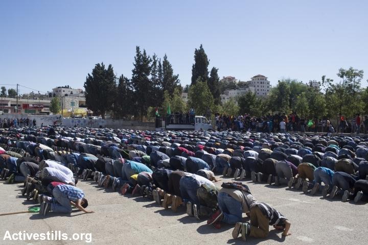 פלסטינים מן הכפר סילוואד מתפללים במהלך הלוויתו של אורווה חאמד, הגדה המערבית, 26 אוקטובר, 2014. אורן זיו/אקטיבסטילס