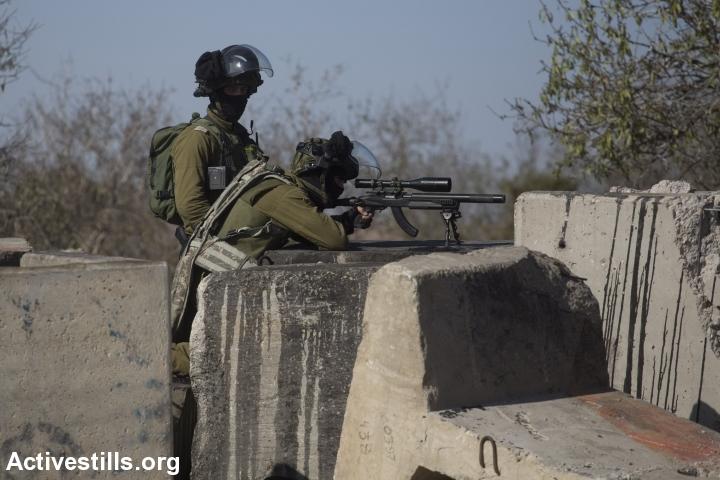 חיילים יורים על צעירים פלסטינים במהלך עימותים לאחר הלוויתו של אורווה חאמד, סילוואד, הגדה מערבית, 26 אוקטובר, 2014. אורן זיו/אקטיבסטילס