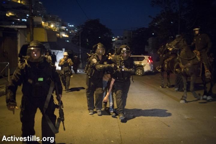 צעיר פלסטיני נעצר על ידי משטרה במהלך הלוויה סימבולית לעבד אל-רחמאן אל-שאלוודי, סילוואן, מזרח ירושלים, 26.10.2014. אורן זיו/אקטיבסטילס