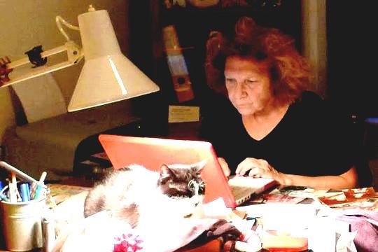 סטלה עובדהי וחתול (צילום: Nilgün Yurdalan)