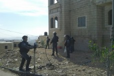כוחות ביטחון מסביב לבתי המשפחות בג'בל מוכבר (צילום: אורלי נוי)