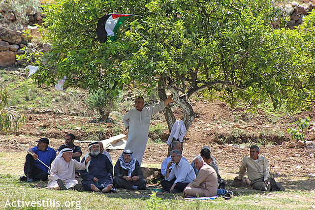 חקלאים בפעולת מחאה על קרקע בבעלותם (אחמד אל-באז / אקטיבסטילס)