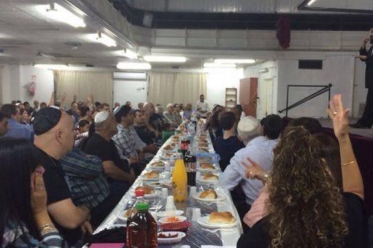 ארוחת שבת משותפת ל-180 חרשות וחרשים שאורגנה על ידי אגודת החרשים בישראל (צילום: בן ציון חן)