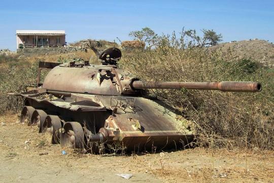 טנק סובייטי נטו בצד הדרך באריתריאה, שריד למלחמת 1991 באתיופיה (דיוויד סטנלי)