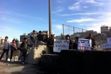 הפגנה נגד הענישה הקולקטיבית בכניסה לעיסאוויה (צילום: הלל כהן)