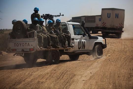 """""""הקסדות הכחולות"""", כוח המשימה המשולב של האו""""ם והאיחוד האפריקני UNAMID בדארפור (צילום: United Nations Photo, פליקר CC BY-NC-ND 2.0)"""