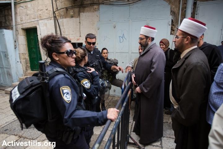 שוטרים מונעים ממתפללים מוסלמים להגיע לאל-אקצא (פאיז אבו-רמלה / אקטיבסטילס)