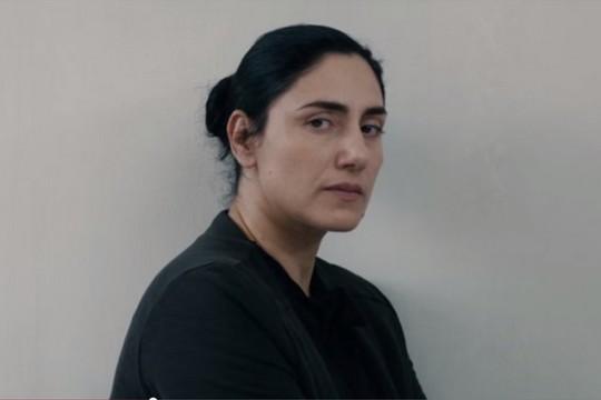 """רונית אלקבץ (צילום מסך מתוך הטריילר לסרט """"גט"""")"""