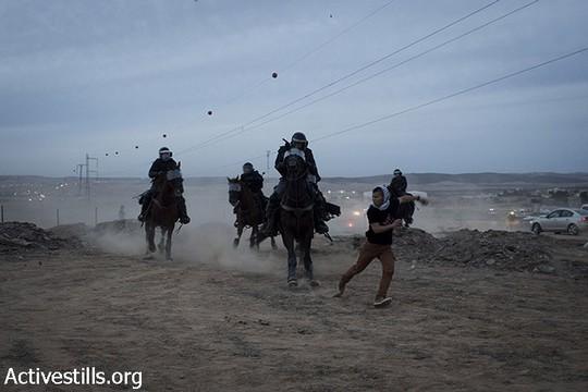 שוטרים רכובים על סוסים רודפים אחרי מפגינים. יום הזעם נגד תוכנית פראוור. ח'ורה, 30 בנובמבר 2013 (אקטיבסטילס)
