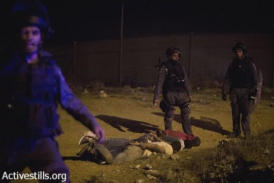 מפגין כפות לאחר שנעצר. יום הזעם נגד תוכנית פראוור. ח'ורה, 30 בנובמבר 2013 (אקטיבסטילס)