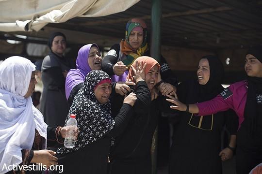 נשים מהכפר הבלתי מוכר אל עראקיב בוכות על ביתן, ששוב נהרס על ידי המדינה, 12 ביוני 2014 (אקטיבסטילס)