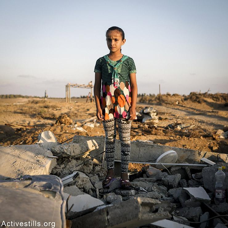 מאייסה, 12, מכפר ג׳אהור אד-דיק, עזה. מאייסה מתגעגעת למיטה ולמזרון שלה. הבית נהרס רק כ-6 חודשים לאחר שמשפחתה עברה אליו. בגלל שאזור מגוריה קרוב לגבול עם ישראל, ביתם הקודם הופצץ אף הוא. היא איבדה את אמה בהפצצה ישראלית ב-2010.