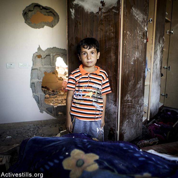 עבדללה, בן 6, מבית חאנון. עבדללה מתגעגע לפלייסטיישן שהיה לו בחדר.