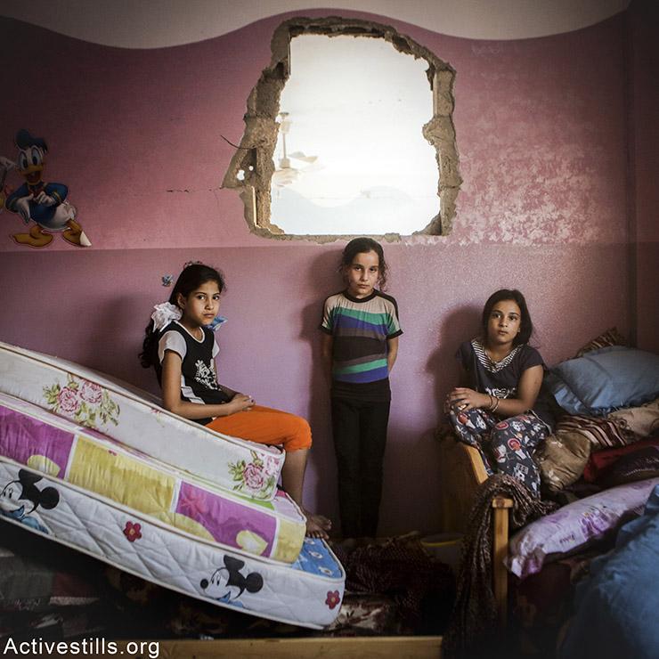 שאהד (שמאל), בת 12, טאזנין (מרכז, בת 9, וסאג׳אה (ימין), בת 11. שלושת האחיות מבין חנון. שאהד מתגעגעת לפוסטרים שאספה, טאזנין לבובות וסאג׳אה לבגדים. אן פאק/אקטיבסטילס