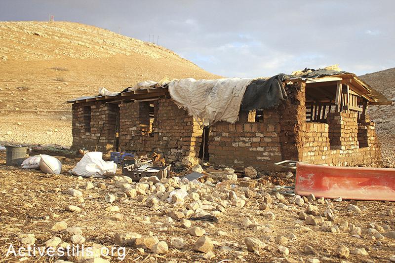 בית ספר קהילתי חדש, שנבנה מלבני בוץ על ידי אקטיביסטים פלסטינים ובינלאומיים כחלק מפרויקט מתמשך, בקעת הירדן, הגדה המערבית, 10 נובמבר, 2012. אחמד אל-באז/אקטיבסטילס