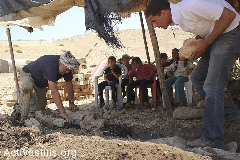 אקטיביסטים עוזרים לבנות בית ספר לילדים בכפר סאמרה, בקעת הירדן, הגדה המערבית, 30 מאי, 2012. אחמד אל-באז/אקטיבסטילס