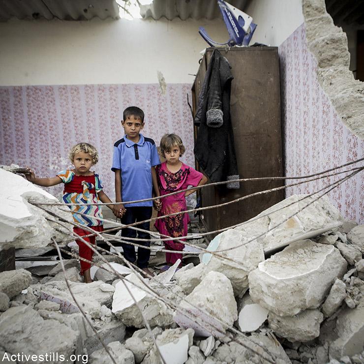 מרים סאלוף (שמאל), בת 5, עבדלראמאן (במרכז), בן 8, ואימאן, בת 6. כל ילדי המשפחה מרפאח. עבדלראמן מתגעגע לרכבת שלו, ואימאן לבגדיה. אן פאק/אקטיבסטילס