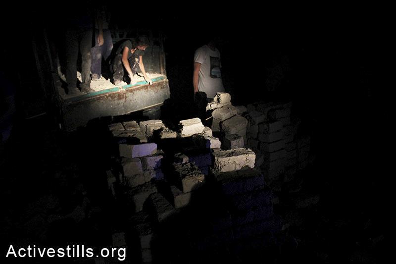 אקטיביסטים בונים את בית הספר בלילה בשל החום הכבד של הקיץ, סאמרה, בקעת הירדן, הגדה המערבית, 24 אוגוסט, 2014. אחמד אל-באז/אקטיבסטילס