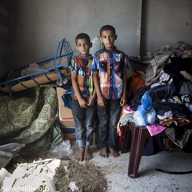 איברהים אל-הו, בן 9, ואחיו התאום, עבדלאה, מדיר אל-באלה. איברהים מתגעגע לחברו הטוב, מאייסארה, בן ה 7 שנהרג יחד עם שבעת בני משפחתו. עבדלה מתגעגע למשחק-הצעצוע בצורת טרקטור. אן פאק/אקטיבסטילס