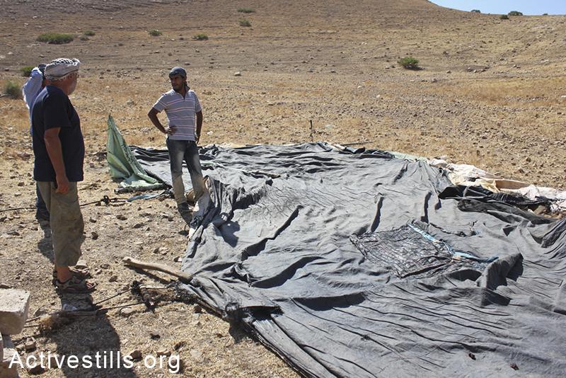 אקטיביסטים מתכננים את תחילת בניית בית הספר בכפר סאמרה, בקעת הירדן, הגדה המערבית, 30 מאי, 2012. אחמד אל-באז/אקטיבסטילס