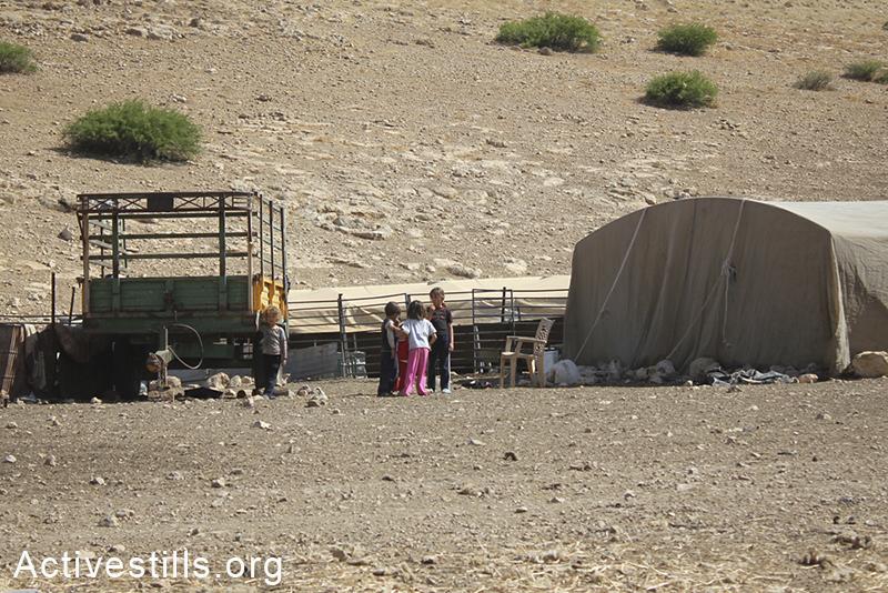 ילדים משחקים בכפר סאמרה, בקעת הירדן, הגדה המערבית, 30 מאי, 2012. אחמד אל-באז/אקטיבסטילס