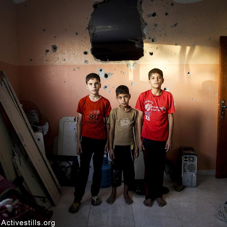 פאדי נאים (שמאל), בן 13, ובני אחיו, ג׳אלאל (מרכז), בן 8, ובאסל, בן 10 - מבית חנון. פאדי מתגעגע למחשב שלו, ג׳אלאל לצעצועי החיות, ובאסל לגיטרה צעצוע. אן פאק/אקטיבסטילס