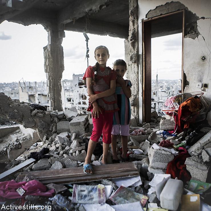 סאנבאל, בת 10 ואחותה ח׳ייפה, בת 6, משכונת שג׳יעה. שתיהן מגעגעות מאד לצעצעים המשותפים שלהן.