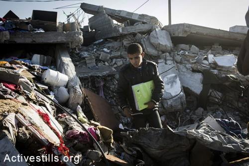 קרוב משפחה מחפש שרידים מבית משפחת זאקי וואדהאן, אשר נהרגו בהפצצה ישראלית בבית חאנון, צפון רצועת עזה, 10 נובמבר, 2014. אן פאק/אקטיבסטילס