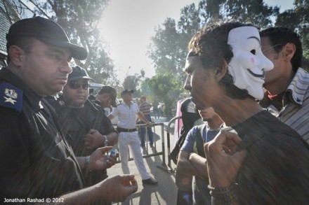 שוטר עוצר סטודנט בקהיר (Jonathan Rashad CC BY-NC-SA 2.0)