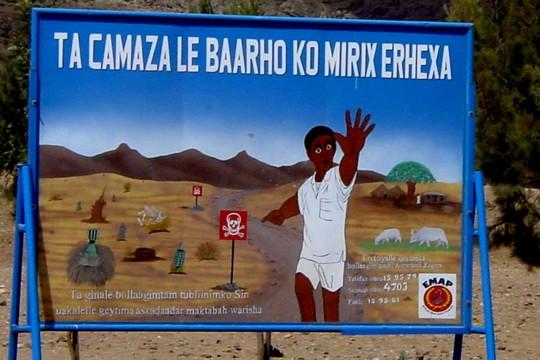 שלט אזהרה ממוקשים מחוץ למחנה פליטים על גבול אריתריאה (Roberto Maldeno CC BY-NC-ND 2.0)