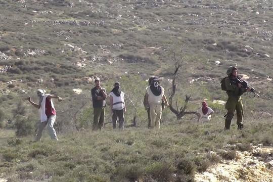 מתנחלים רעולי פנים תוקפים פלסטינים מכפר עוריף בליווי חיילים (יש דין)