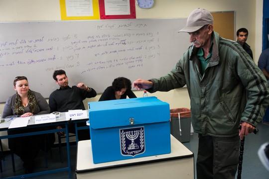 אזרח מצביע בבחירות לכנסת ה-19, ינואר 2013 (אורן זיו / אקטיבסטילס)