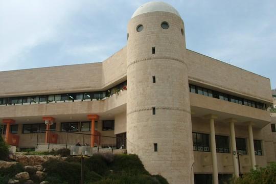 התיכון הישראלי למדעים ואומנויות. (מעלה היצירה, CC BY-SA 3.0)